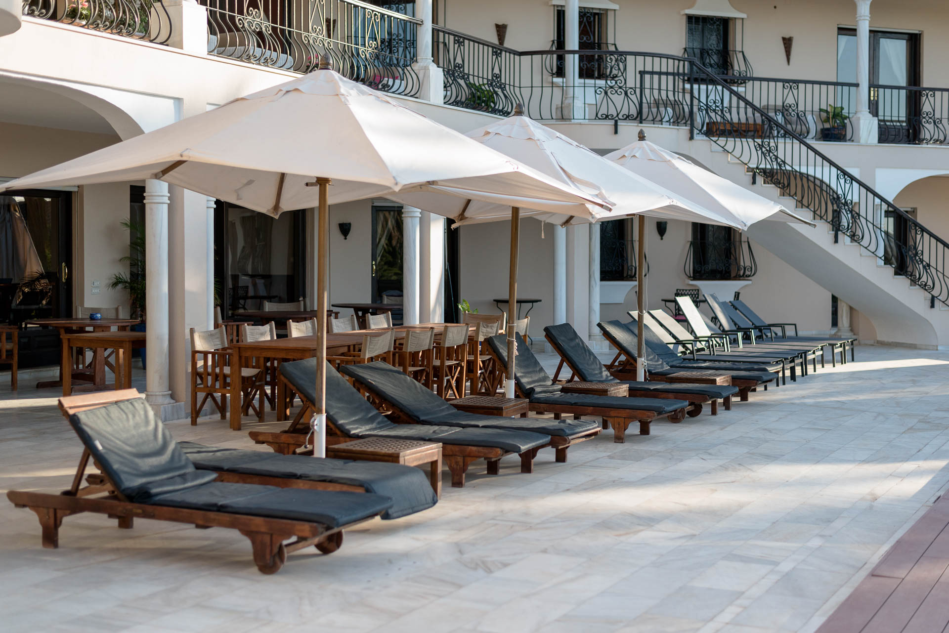 Swimming pool lounge – El Palacete Marbella